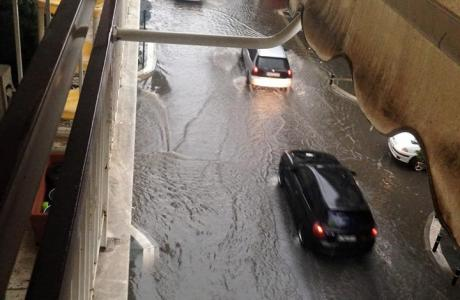 Πλημμυρισμενος δρομος απο βροχη στον Αλιμο